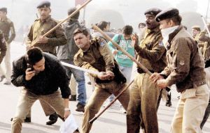 Delhi-rape-Police-lathicharge-protesters-use-tear-gas-again