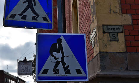 How to cross the street while carrying a guitar. Photo: Stefan Haapaniemi.