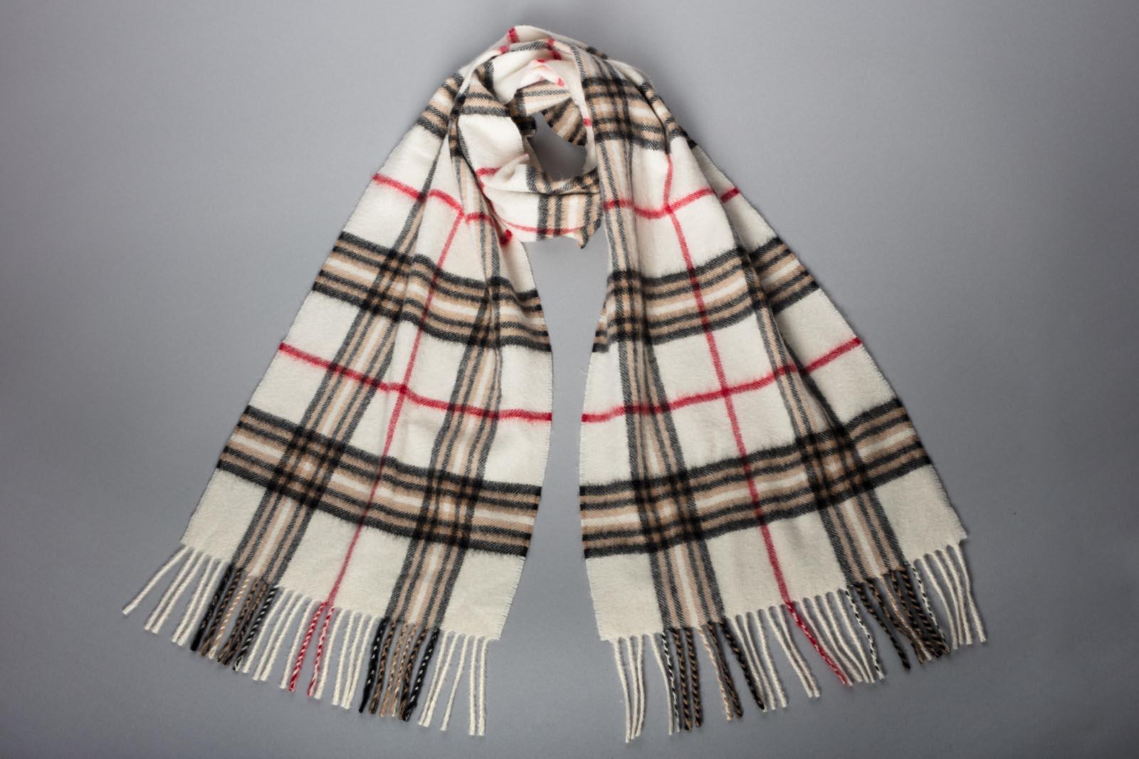 A scarf. Is it men's or women's?